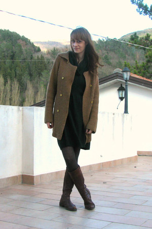 dark green knitted dress - crimson leather boots - gray tights