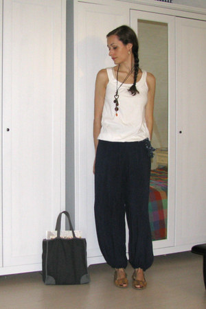 navy harem pants - white cotton Camaïeu shirt - navy denim Sisley bag