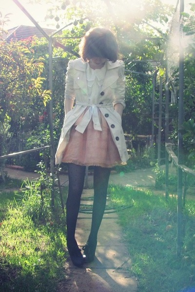 beige trench Valleygirl coat - black silverado Chloe shoes