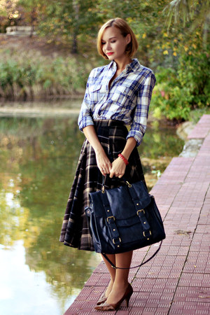 checkered midi Mango skirt - checkered Mango shirt - navy Topshop bag