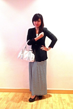 black dress - black Secondhand blazer - ivory bag - black pumps