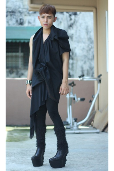 black thrifted leggings - black kervin lopez top - black brian evalle wedges