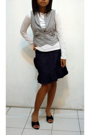 gray top - black shoes - white shirt - navy skirt