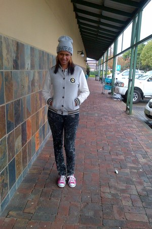 jacket - red bat jeans - hat - converse sneakers