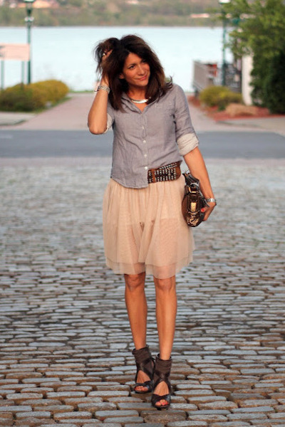 chambray shirt - ivory skirt - brown heels