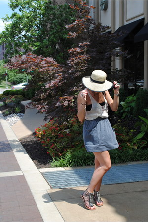 eggshell sun hat - black bag - peach net top - black sam edelman sandals - gray