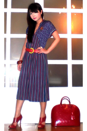 red alma in vernis Louis Vuitton purse - blue vintage dress