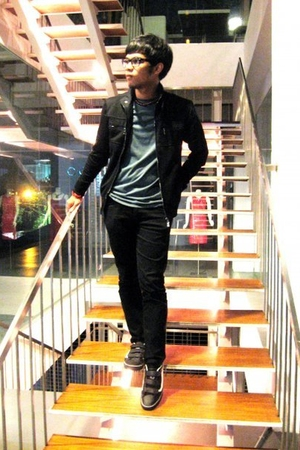 Ray Ban glasses - Zara jacket - Top Man t-shirt - Lee jeans - Vans shoes