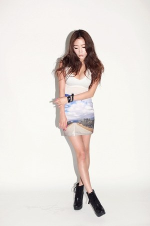 periwinkle printed Style Nanda skirt - white shirt