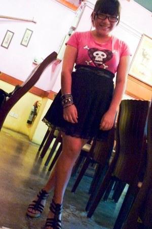 hot pink random brand t-shirt - black random brand skirt - black random brand be