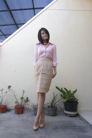 nude patent leather Newlook heels - light pink eyelet vintage shirt