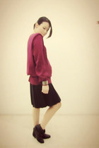 maroon loose knitted vintage sweater - black leather Pull and Bear boots