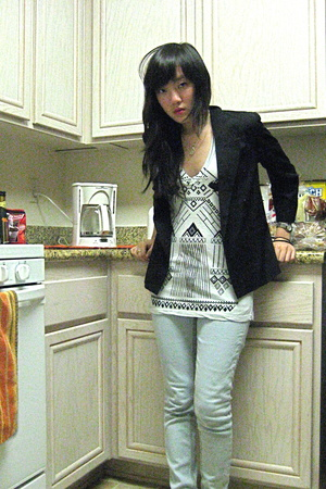 aztec print UO t-shirt - light wash Topshop jeans - black vintage tuxedo jacket