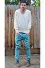 Light-brown-clarks-shoes-turquoise-blue-levis-jeans