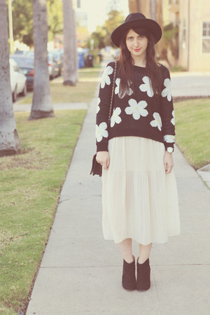 daisy print Sway Chic sweater - black Topshop hat - pleated Forever21 skirt
