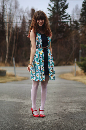 yellow daisy dress - navy dress - ivory lace tights - red heels