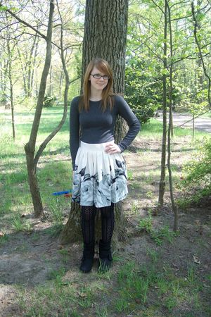 white f21 skirt - black stockings - black Rampage boots - gray f21 shirt