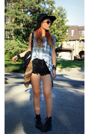 sky blue ROUGE et NOIR shirt - black Kipling bag - navy OMENEYE shorts