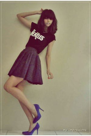 black t-shirt - blue skirt - blue shoes