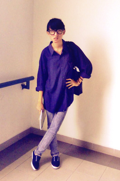 black rayban glasses - blue shirt - blue jeans - blue shoes - black greenlight b