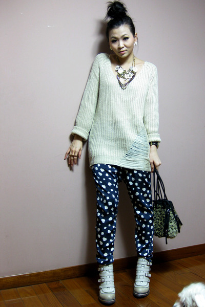 off white boots - off white sweater - dark brown bag - navy pants - magenta Coac