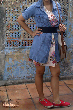 blue jeans - beige dress - red shoes - beige bag - black belt