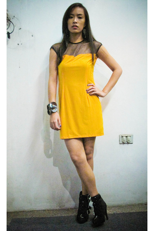yellow Glitterati dress - black Summersault shoes - black Trunshow accessories