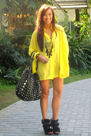 yellow loose random brand top - black heels Zara shoes