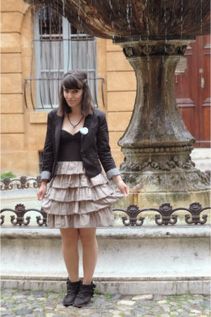 beige H&amp;M dress - black H&amp;M blazer - green la valise  pois accessories