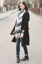 Black Trenchcoat and sea printed scarf