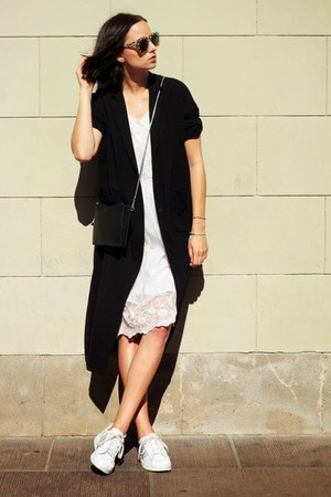 Gate dress - Monki coat - Adidas sneakers