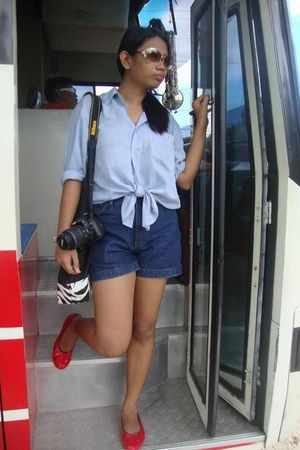 shirt - shorts - - red shoes