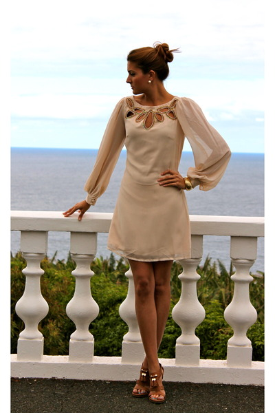 beige little misstre dress - bronze Gucci heels