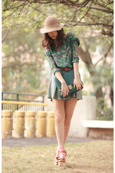 teal Romwecom blouse - beige Monki hat - teal Pull & Bear shorts