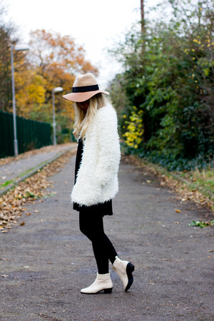 faux fur Chicwish coat - Chicwish boots