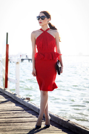 red peplum That Famous Look dress - black patent Yves Saint Laurent bag