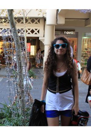 white - black Dotti vest - blue shorts - blue sunglasses