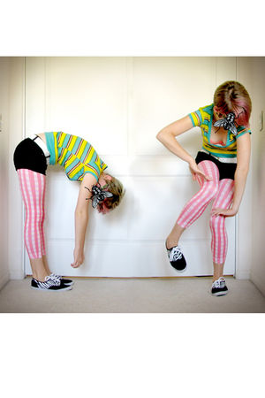 green t-shirt - pink bra - white belt - pink leggings - black shoes - black shor