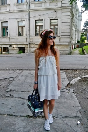 bubble gum DIY hair accessory - navy Parfois bag - white Converse sneakers