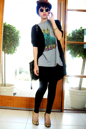 pompom hat - t-shirt - shoes