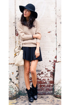 beige misspouty sweater - black fur trim buckle See by Chloe boots