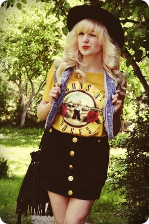 mustard t-shirt - black hat - periwinkle vest