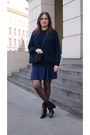 Black-zara-boots-navy-zara-sweater-black-mango-bag