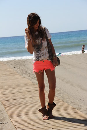 fluor BLANCO shorts - animal print Zara Home bag - model Bershka t-shirt
