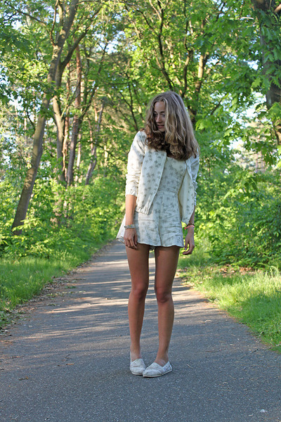 ivory palmtrees pull&bear jacket - off white lace TOMS shoes