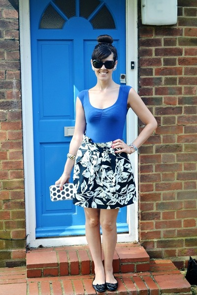off white floral print Primark skirt - blue Bershka t-shirt