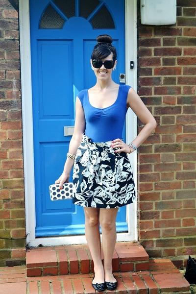 off white floral print Primark skirt - blue Bershka t-shirt