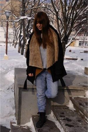 brownfur vest vest - black boots - coat - boyfriend jeans jeans
