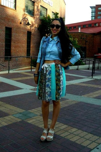 sky blue American Eagle shirt - black rayban sunglasses