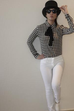 black shirt - white shoes - black tie - white pants